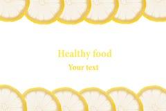 Struttura decorativa dai cerchi delle fette del limone su un fondo bianco Isolato Bordo decorativo Priorità bassa della frutta Fotografia Stock