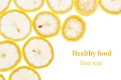 Struttura decorativa dai cerchi delle fette del limone su un fondo bianco Isolato Bordo decorativo Priorità bassa della frutta Immagini Stock Libere da Diritti