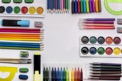 Struttura degli articoli per ufficio e della scuola, su fondo bianco, di nuovo alla scuola Copyspace Fotografie Stock