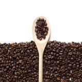 Struttura dei chicchi di caffè con il cucchiaio di legno Fotografie Stock