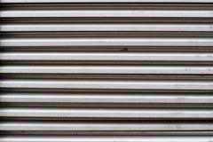 Struttura dei ciechi del metallo per una porta o una finestra nel colore grigio fotografie stock