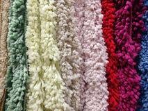 Struttura dei tappeti di lana dei colori differenti fotografie stock libere da diritti