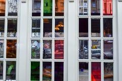 Struttura dei vetri multicolori di una bella finestra, finestre di vetro macchiato nella via con le strutture di legno bianche I  immagine stock libera da diritti