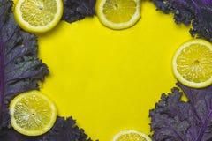 Struttura del cavolo e del limone su fondo giallo Fotografia Stock Libera da Diritti