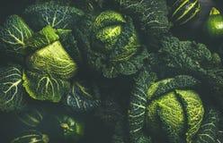 Struttura del cavolo verde e fondo freschi crudi, vista superiore fotografia stock libera da diritti