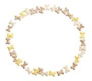 Struttura del cerchio dei biscotti del cane Isolato su una priorità bassa bianca Percorso di ritaglio fotografie stock