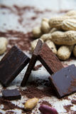 Struttura del cioccolato con le arachidi ed i gusci di noce Fotografie Stock