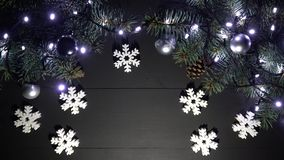 Struttura del confine di Natale con i rami attillati, le luci intermittenti vaghe, le palle di natale ed i giocattoli dei fiocchi video d archivio