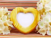 Struttura del cuore con il fiore del artificialll Fotografia Stock Libera da Diritti