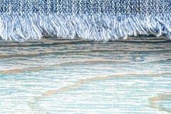 Struttura del denim su fondo di legno blu, confine immagine stock