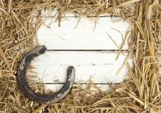 Struttura del fieno con il vecchio ferro di cavallo fotografie stock