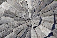 Struttura del fondo degli strati di legno scuri sotto forma del cerchio Immagine Stock