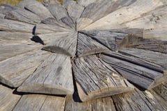 Struttura del fondo degli strati di legno scuri sotto forma del cerchio Immagine Stock Libera da Diritti