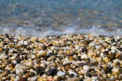 Struttura del fondo di belle pietre bagnate del mare immagini stock libere da diritti