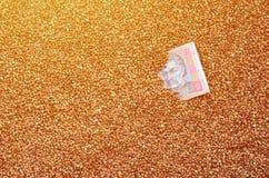 Struttura del fondo di grande mucchio di grano saraceno, fra quale può vedere una fattura di un hryvnia ucraino Il concetto del i Fotografie Stock