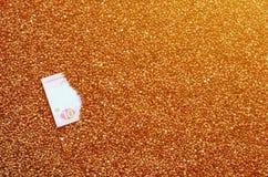 Struttura del fondo di grande mucchio di grano saraceno, fra quale può vedere una fattura di un hryvnia ucraino Il concetto del i Immagine Stock Libera da Diritti