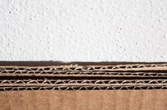 Struttura del lato marrone del cartone Scatole di cartone piegate contro Fotografie Stock Libere da Diritti