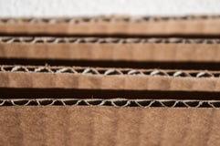 Struttura del lato marrone stratificato del cartone Scatole di cartone piegate Immagini Stock