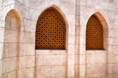 struttura del muro di mattoni e dell'uomo anziano marrone di legno della finestra triangolare islamica islamica araba scolpita an Immagine Stock Libera da Diritti