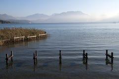 Struttura del pontone e lago Annecy Fotografia Stock