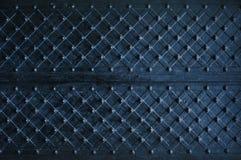Struttura del portone di legno scuro con le strisce di metallo scheggiate Fotografia Stock Libera da Diritti