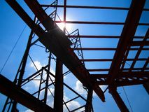 Struttura del telaio d'acciaio del tetto nel cantiere fotografia stock
