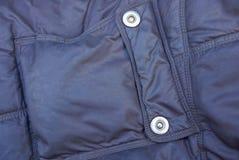 Struttura del tessuto di Brown dalla tasca con i ribattini del metallo su abbigliamento sintetico immagine stock libera da diritti