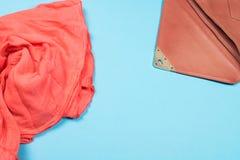 Struttura del tessuto e della borsa del corallo del cotone sul blu fotografia stock libera da diritti