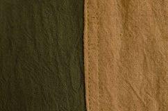 Struttura del tessuto naturale marrone e verde della tintura Fuoco selettivo Immagini Stock