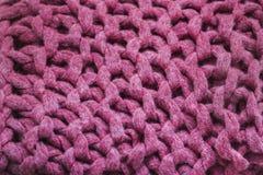 Struttura del tessuto rosa tricottato della lana, grande ciclo fotografie stock