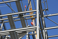Struttura dell'acciaio per costruzioni edili con la gru Immagini Stock