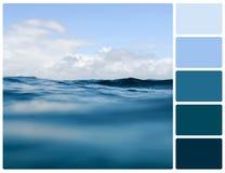 Struttura dell'acqua dell'oceano con i campioni di colore della tavolozza Fotografie Stock