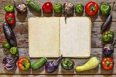 Struttura dell'alimento con il libro di cucina di vitage su fondo di legno immagini stock libere da diritti