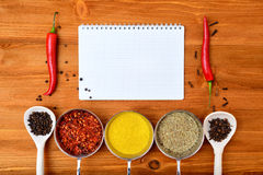 Struttura dell'alimento di Copyspace con le spezie della carta del blocco note e gli accessori di cottura Fotografia Stock