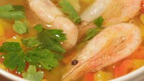 Struttura dell'alimento Piatti di cucina mediterranea dalle verdure e dai gamberetti stock footage
