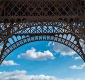 Struttura dell'arco del primo piano della torre Eiffel sopra il cielo nuvoloso blu a Parigi Francia Fotografia Stock Libera da Diritti
