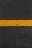 Struttura dell'asfalto con la riga gialla Fotografia Stock