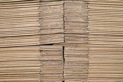 Struttura dell'impilato su a vicenda gli strati di cartone che rappresentano le scatole informi per l'imballaggio del prodotto fotografie stock