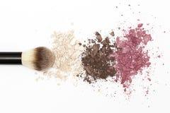 Struttura dell'ombretto e spazzola cosmetica su fondo bianco Fotografie Stock