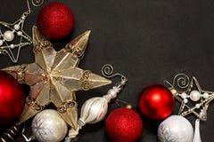 Struttura dell'ornamento di Natale sul bordo di gesso Immagini Stock Libere da Diritti