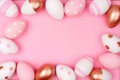 Struttura dell'uovo di Pasqua Oro, rosa e bianco di Rosa sul rosa Immagini Stock
