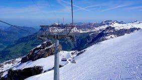 Struttura della cabina di funivia dello sci alle montagne Titlis della neve Immagine Stock