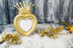Struttura della corona dell'oro di Natale su fondo di legno grigio immagine stock libera da diritti