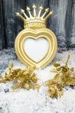 Struttura della corona dell'oro di Natale su fondo di legno grigio fotografie stock libere da diritti