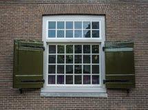 Struttura della finestra georgiana di stile sulla casa con mattoni a vista a Amsterdam Immagini Stock