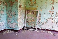 Struttura della finestra nella vecchia e stanza abbandonata Fotografia Stock Libera da Diritti