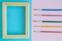 Struttura della foto con i pennelli multicolori su fondo pastello Fotografie Stock