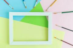 Struttura della foto con i pennelli multicolori su fondo pastello Immagini Stock