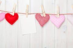 Struttura della foto e cuori del giocattolo di giorno di biglietti di S. Valentino Immagine Stock