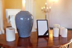 Struttura della foto, urna di cremazione e candele in chiesa Fotografia Stock